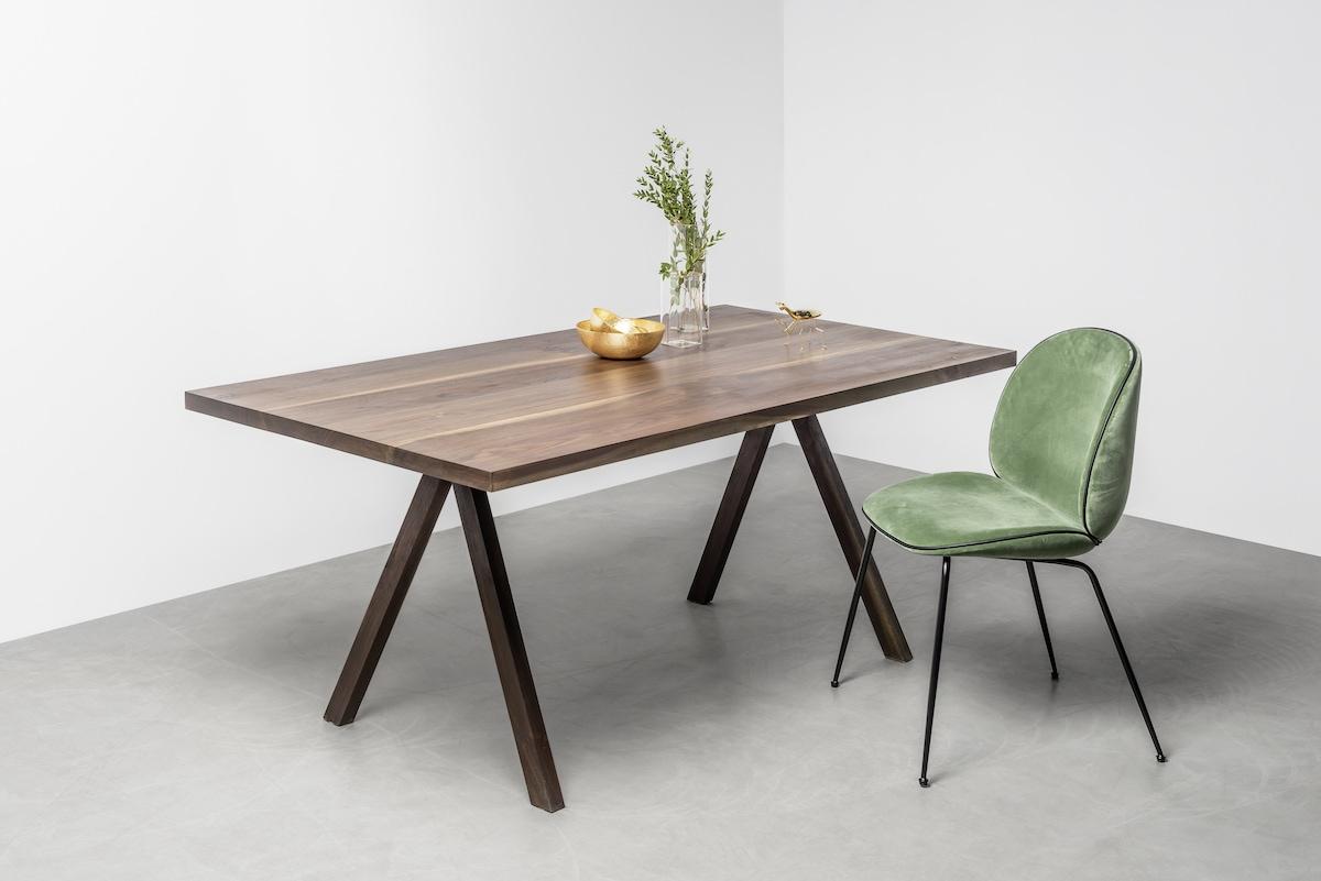 Krzesła Gubi przy stole Victoria od Hoom