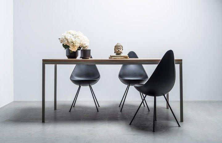 Elegancki stół ręcznie robiony z dębowym blatem w klasyczną jodełkę w stylu Chevron- Stół Charlotte od Hoom