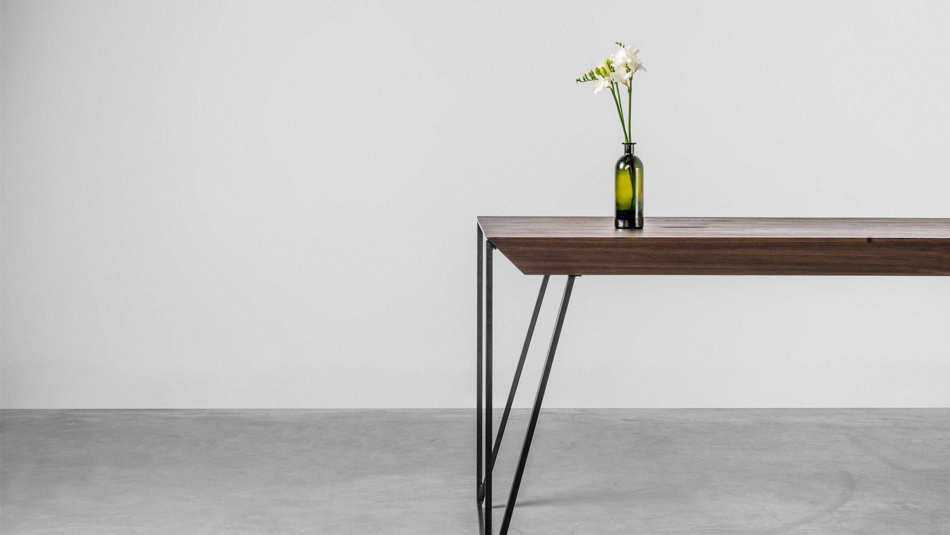 Dizajnerski stół z litego drewna orzechowego. Stół Francis od Hoom