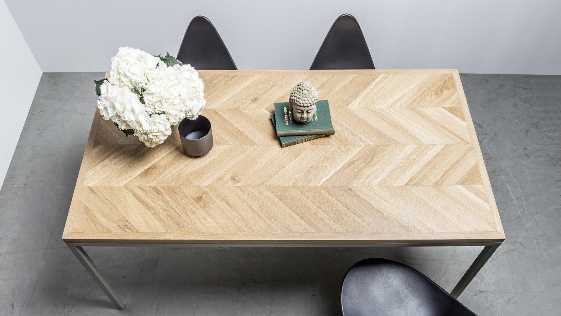 Elegancki dębowy stół z blatem w klasyczną jodełkę - Stół Charllote od Hoom