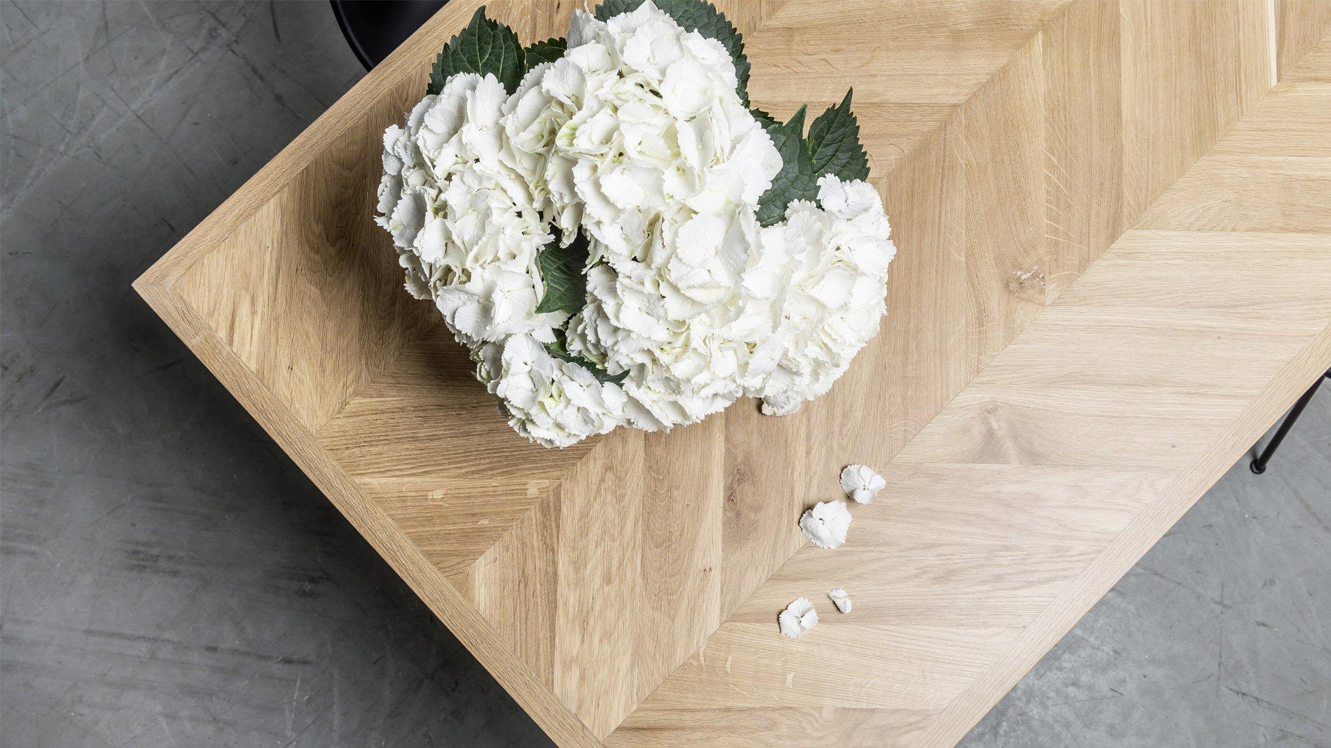 Elegancki stół z drewna dębowego z blatem w kształcie klasycznej jodełki. Stół Charllote od Hoom