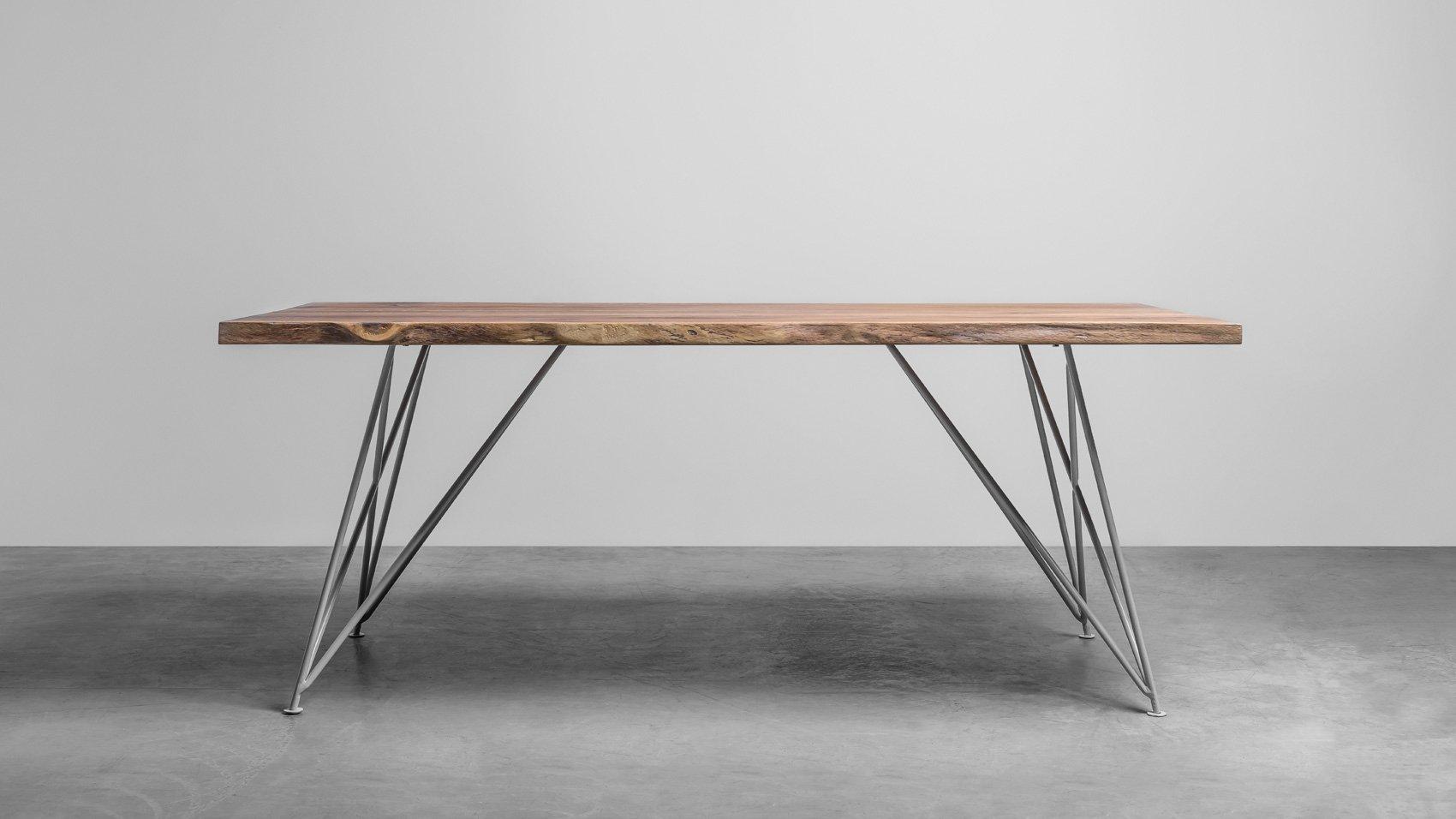 Elegancki stół do jadalni z naturalnymi krawędziami. Stół Claire od Hoom