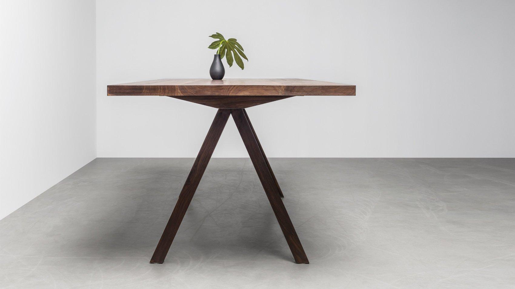 Elegancki stół z orzecha amerykańskiego wykonany na zamówienie - Stół Victoria od Hoom