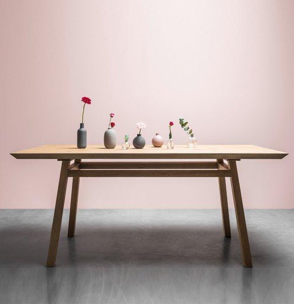 Skandynawski stół George od Hoom z litego drewna dębowego na zamówienie