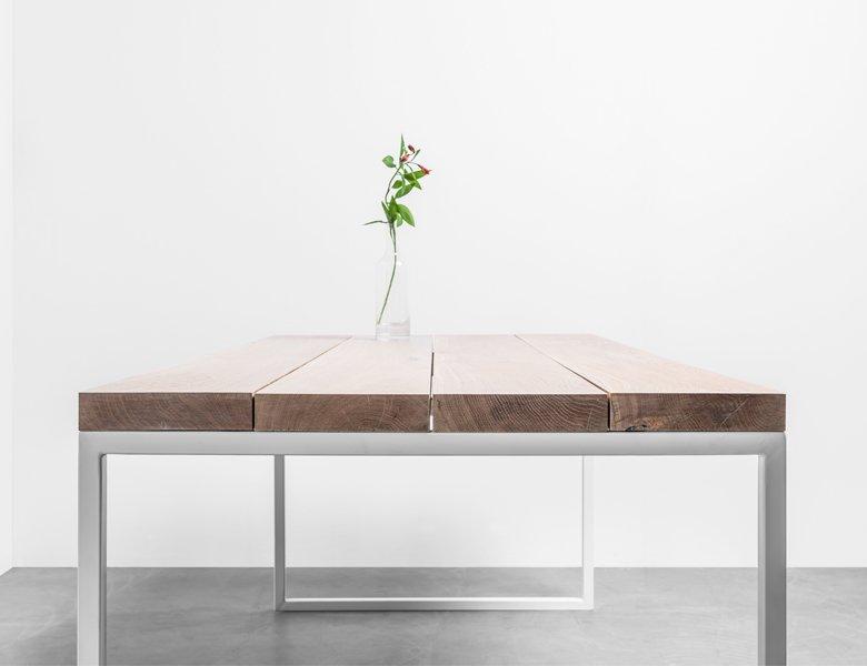 Minimalistyczny dębowy stół z czterech osobnych desek - Stół Helen od Hoom