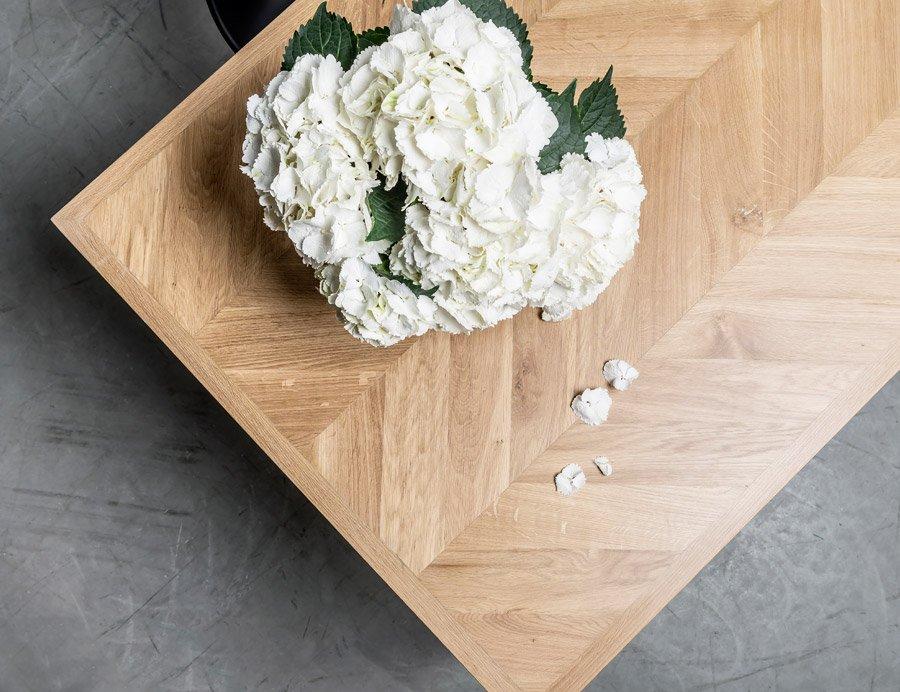 Elegancki stół z dębowym blatem w kształcie jodełki - stół Charllote od Hoom