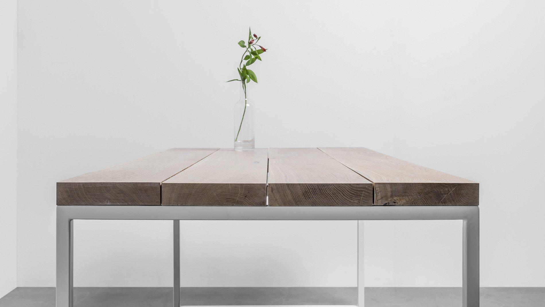 Minimalistyczny stół z drewna dębowego od Hoom