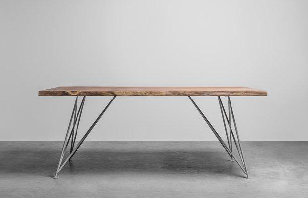 Elegancki stół z drewna dębowego z naturalnymi krawędziami. Stół Claire od Hoom