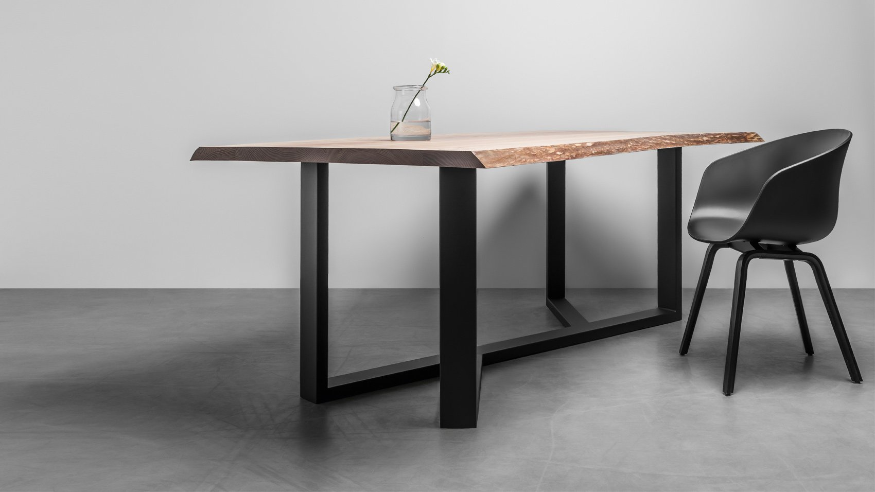 Industrialny stół z litego drewna z naturalnymi krawędziami - stół King od Hoom