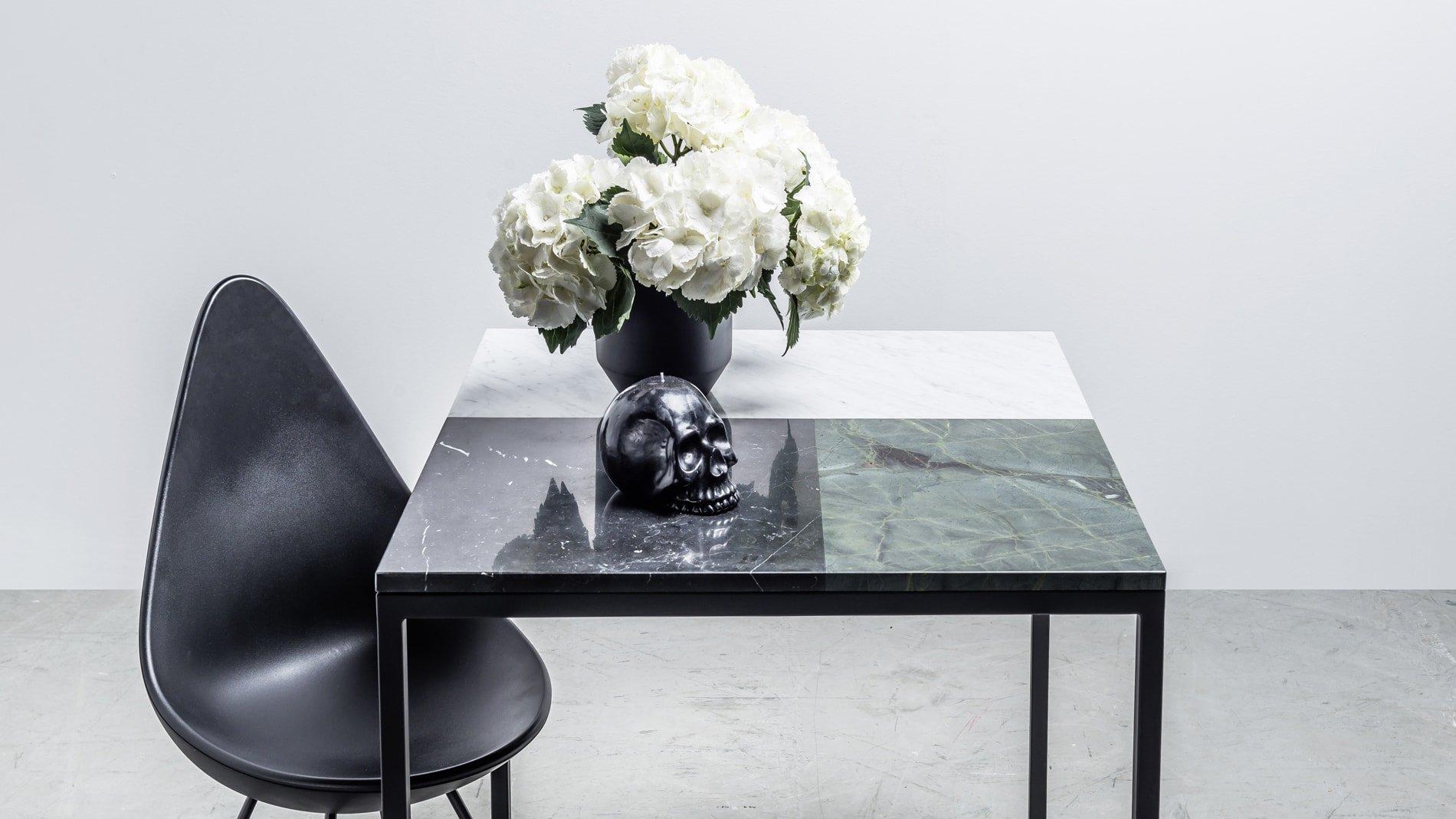 Kwadratowy stół wykonany z marmuru - Stół Margaret od Hoom