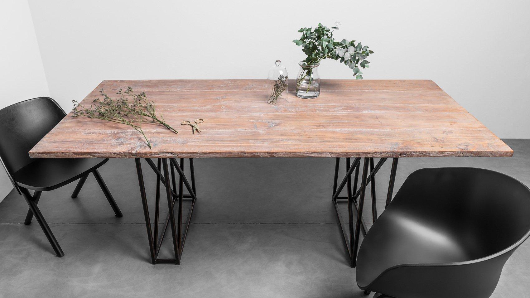 Industrialny stół z litego drewna teakowego do jadalni. Stół Industrial od Hoom