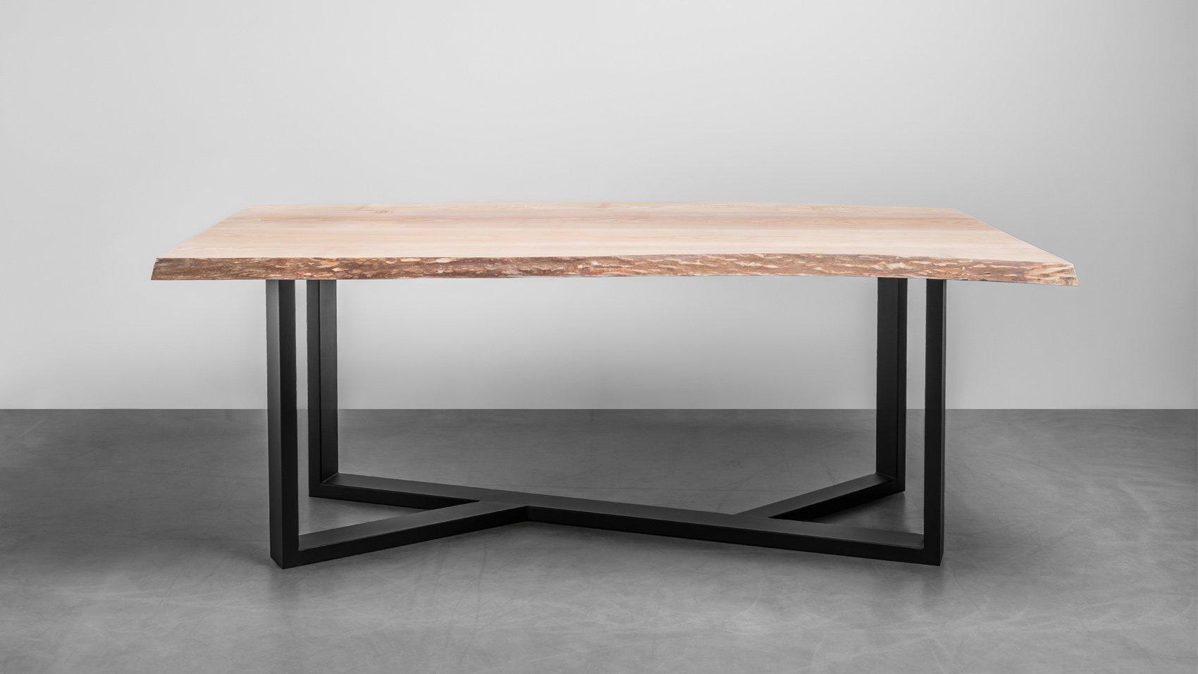 Industrialny stół z litego drewna z naturalnymi krawędziami do jadalni. Stół posiada naturalne krawędzie tzw. offlisem - stół King od Hoom