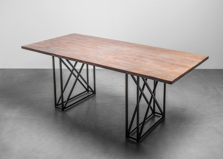 Industrialny stół do domu wykonany z litego drewna teakowego - stół Industrial od Hoom