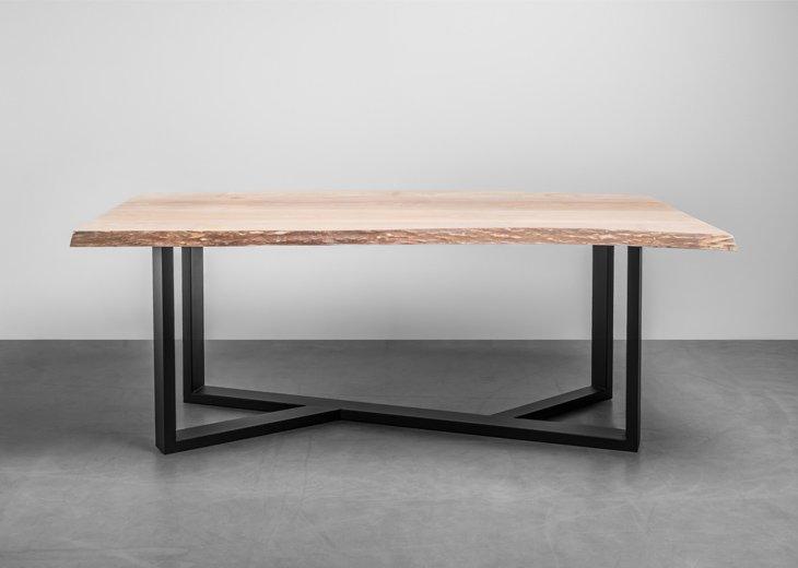 Stół Industrialny wykonany z jesionu. Krawędzie blatu zostały obdarte z kory i posiadają swój naturalny kształt. Stół King od Hoom
