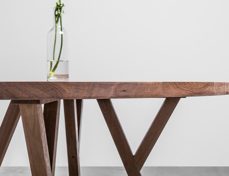 Okrągły stół wykonany w całości litego z drewna dębowego. Jest to idealny stół do jadalni- Stół Gloria od Hoom