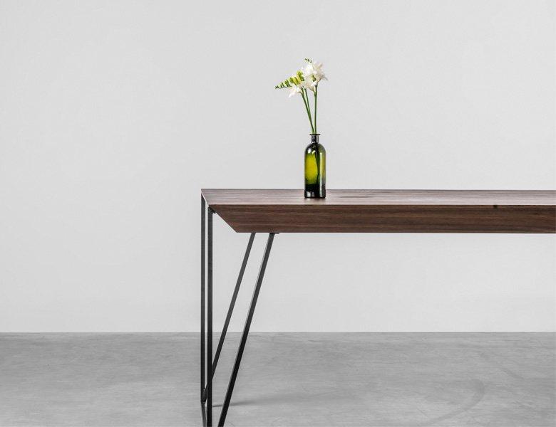 Designerski stół z grubym blatem z orzecha amerykańskiego - Stół Francis od Hoom