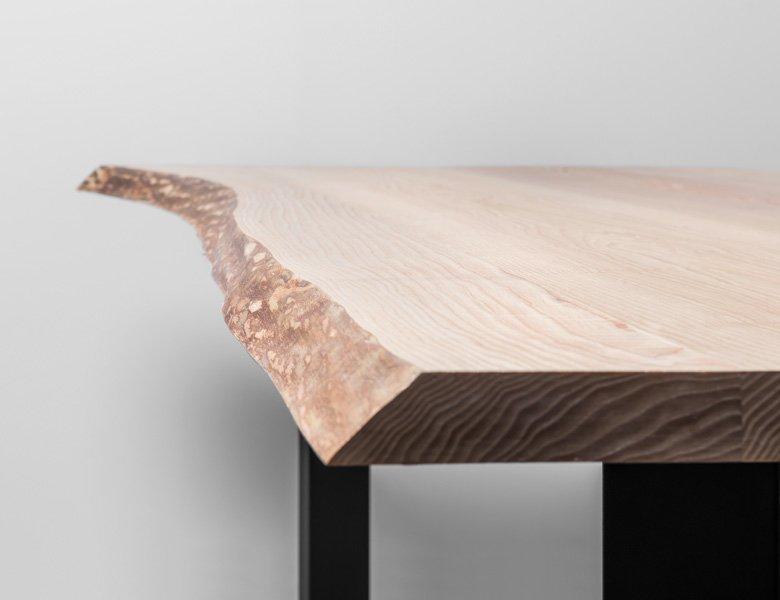 Industrialny stół z drewna jesionowego z naturalnymi krawędziami - Stół King od Hoom