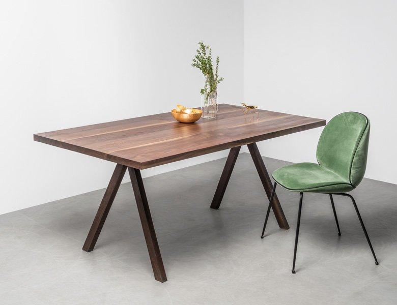 Ten elegancki stół z orzecha amerykańskiego wyróżnia prosta forma, lekkość i najwyższej jakości materiały wykorzystane do jego produkcji.