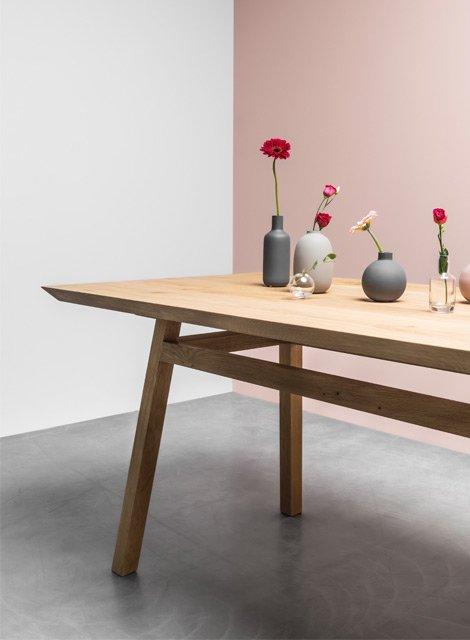 Stół w stylu skandynawskim cały z drewna dębowego idealny do jadalni. Stół George od Hoom