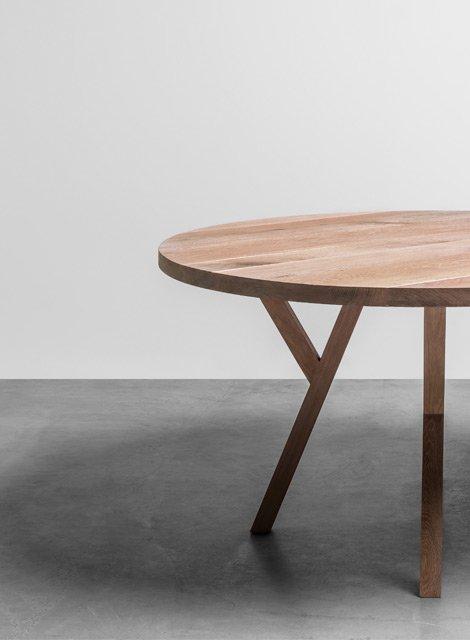 Okrągły stół wykonany w całości z drewna dębowego - Stół Gloria od Hoom