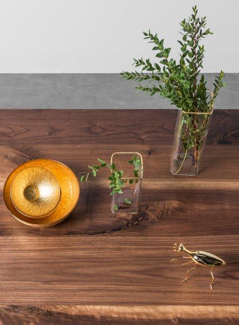Nowoczesny stół wykonany z eleganckiego orzecha amerykańskiego
