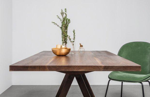 Elegancki, designerski stół został wykonany z litego drewna, orzecha amerykańskiego od polskiej marki Hoom - Stół Victoria