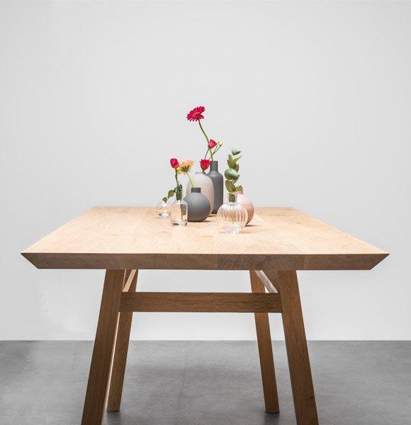 Stół w stylu skandynawskim wykonany w całości z litego drewna dębowego. Stół George od Hoom