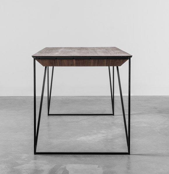 Designerski stół z masywnym blatem z orzecha amerykańskiego idealny do biura - Stół Francis od Hoom