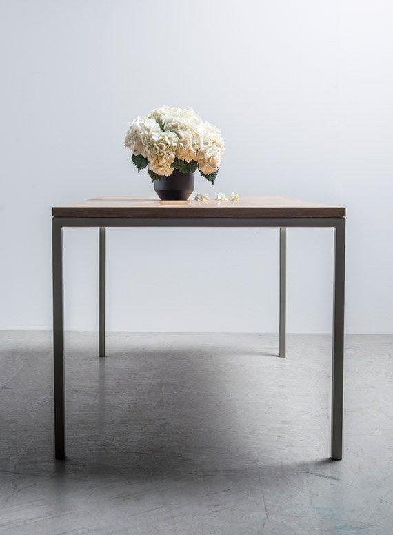 Elegancki stół z dębowym blatem w klasyczną jodełkę został ręcznie wykonany przez Hoom - Stół Charlotte