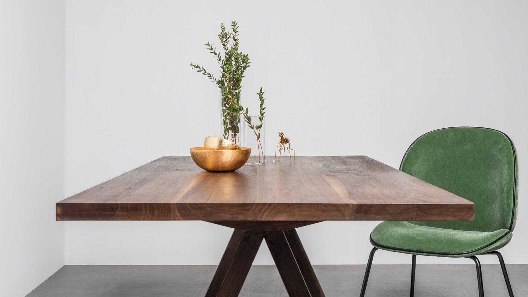 Nowoczesny stół z litego orzecha do jadalni - Stół Victoria od Hoom