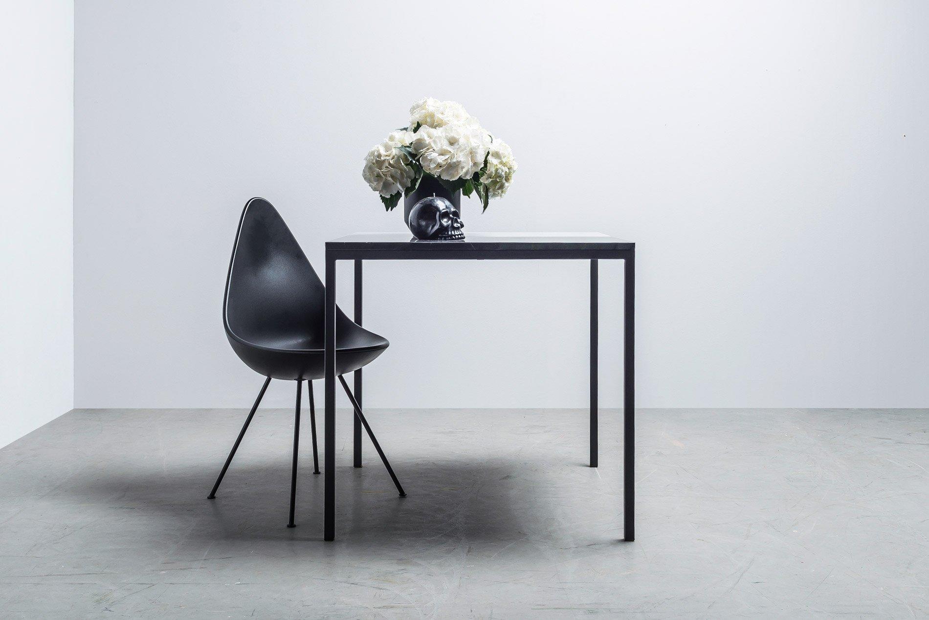 Oryginalny kwadratowy stół z marmuru - Stół Margaret od Hoom