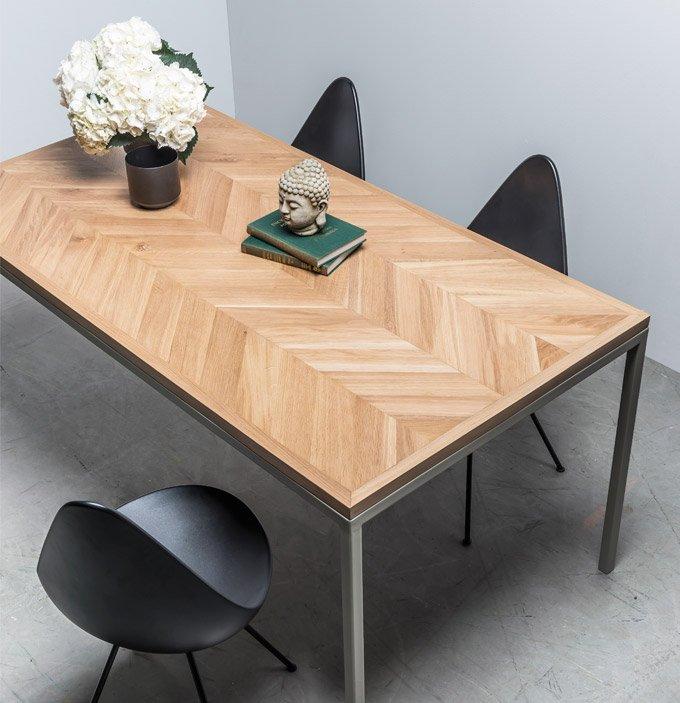 Elegancki stół z blatem w dębową jodełkę - Stół Charlotte od Hoom