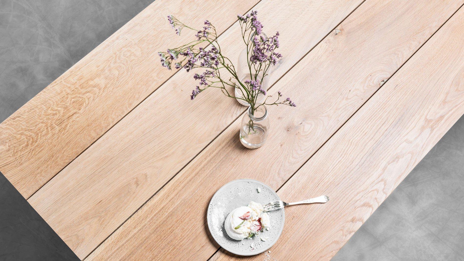Minimalistyczny stół Helen do jadalni od Hoom