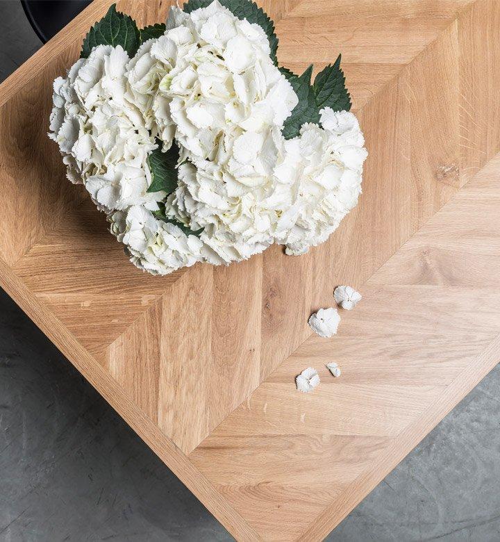 Stół z blatem w dębową jodełkę w stylu Chevron od Hoom