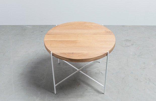 Okragly-stolik-kawowy-na-delikatnej-podstawie-ze-stali