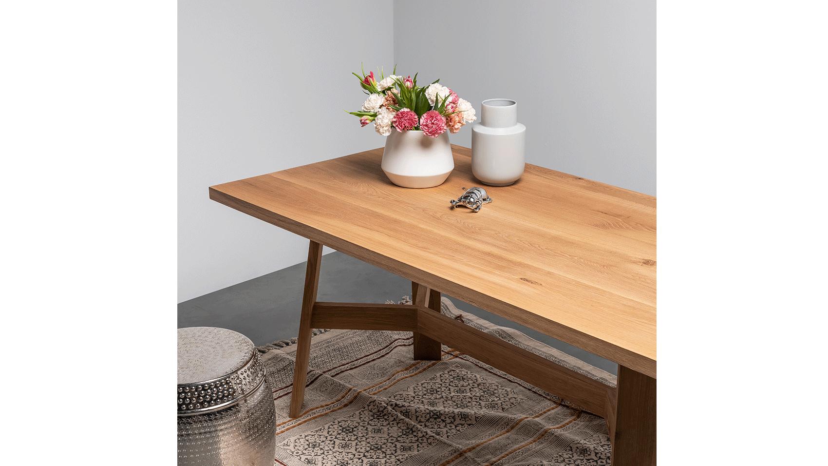 Dębowy stół w stylu skandynawskim od Hoom