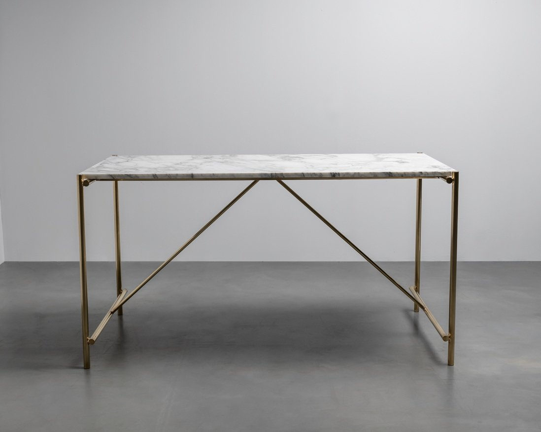 Marmurowy stół na mosiężnej podstawie. Stol Freddie od Hoom