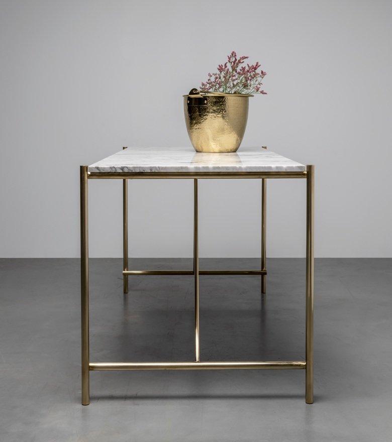 Marmurowy stół na podstawie z mosiądzu