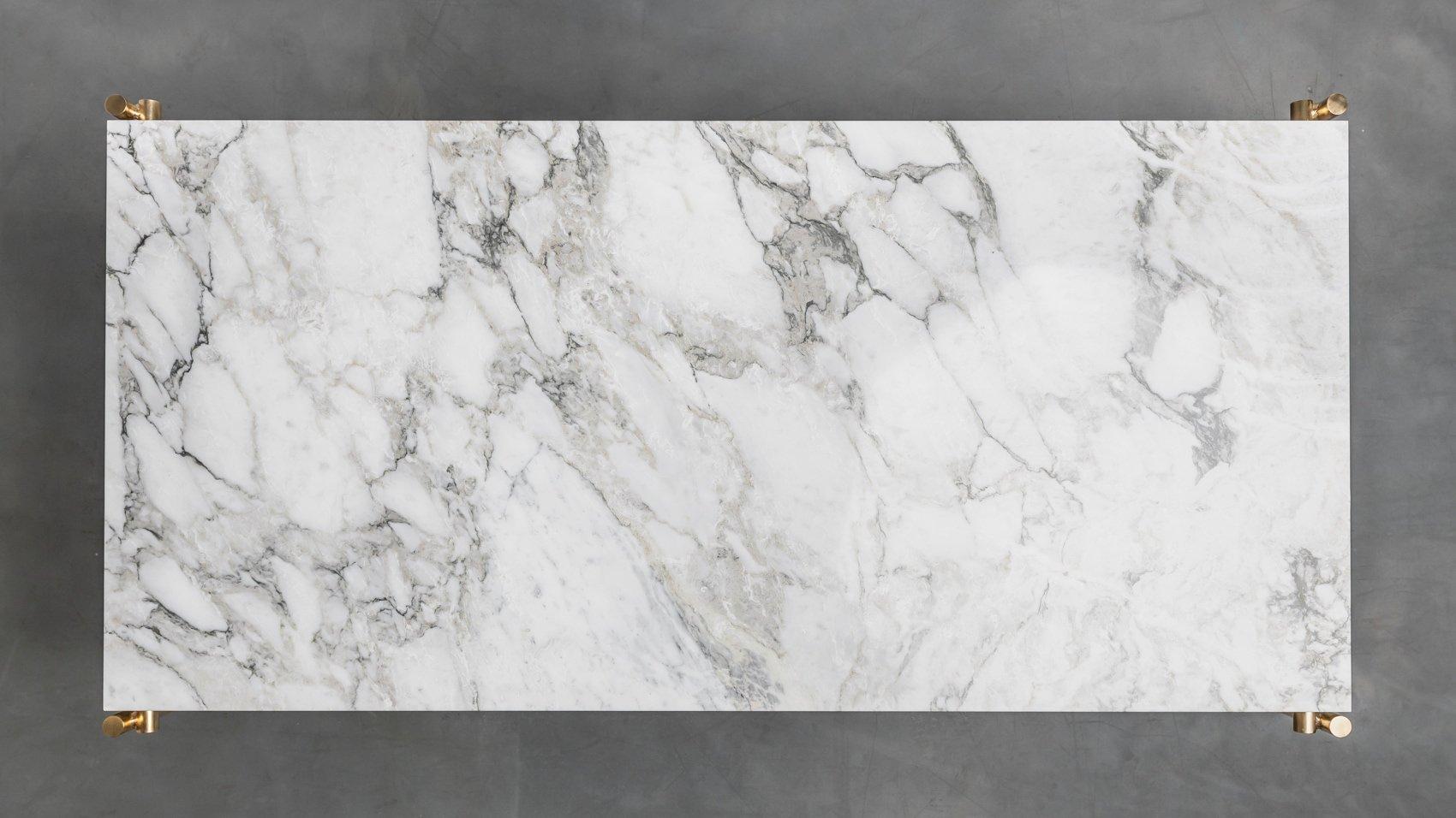 Stół z białym marmurem na mosiężnych nogach