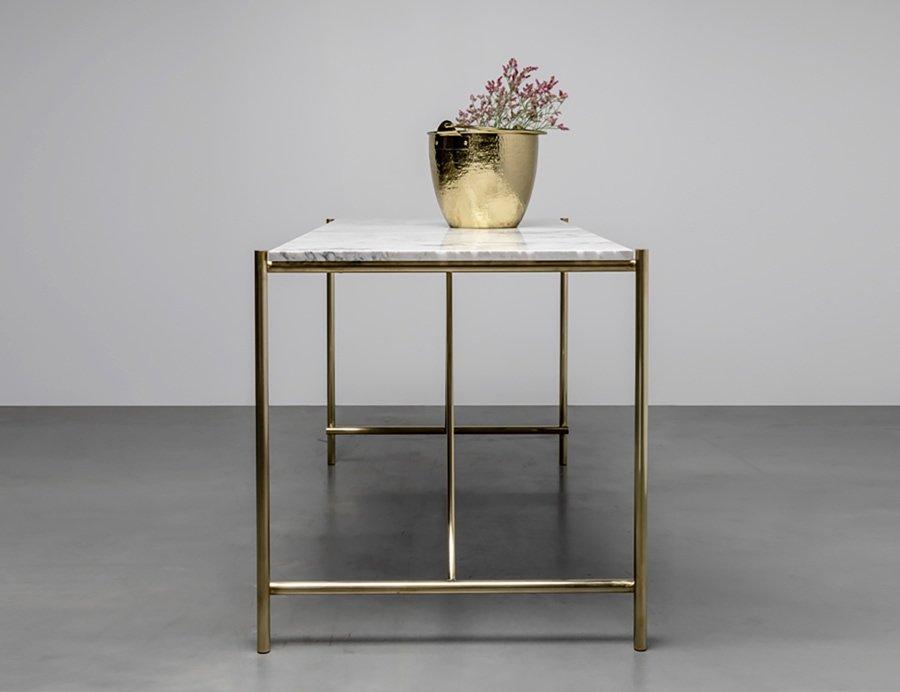 Stół z marmurowym blatem i podstawą z mosiądzu