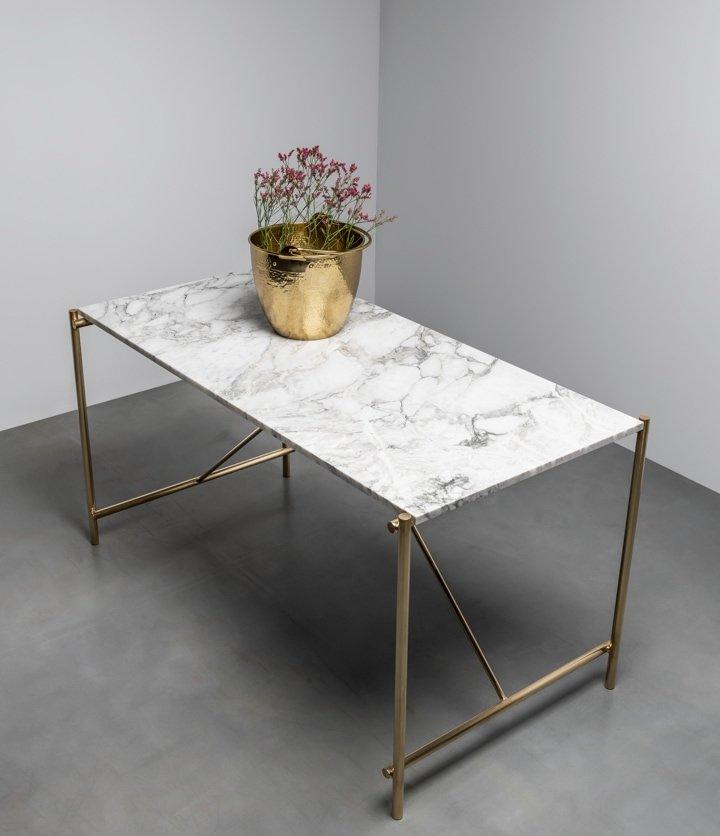 Stół z marmuru na podstawie z mosiądzu od Hoom