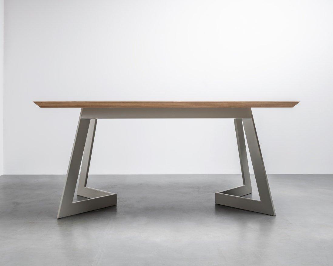 Nowoczesny stół z litego drewna dębowego na stalowej podstawie, który idealnie będzie pasował do Twojej jadalni - Stół Antonio od Hoom