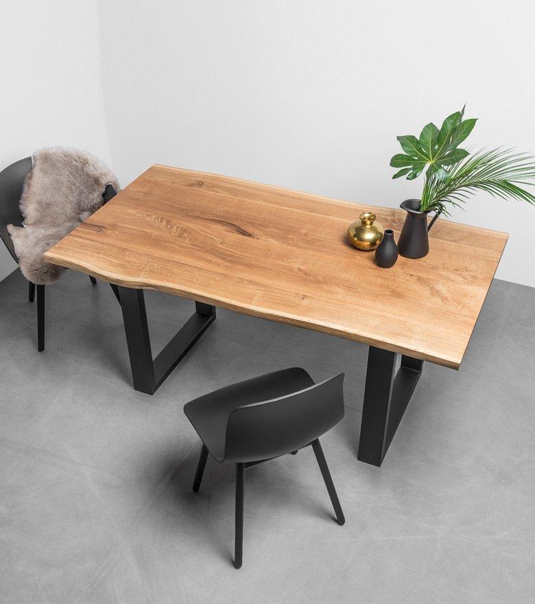Stół Pablo od Hoom. Dębowy stół na zamówienie do jadalni z litego drewna dębowego z naturalnymi krawędziami.