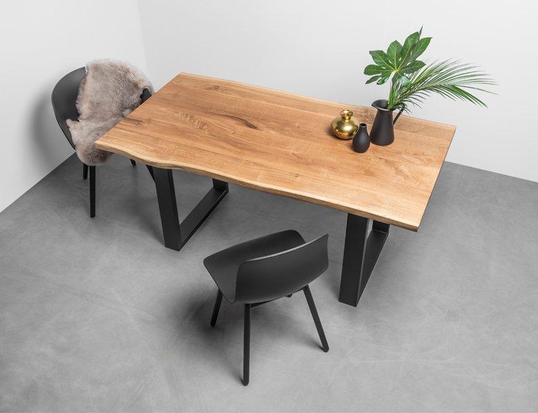 Stół Pablo od Haom. Dębowy stół z oflisem na stalowej podstawie