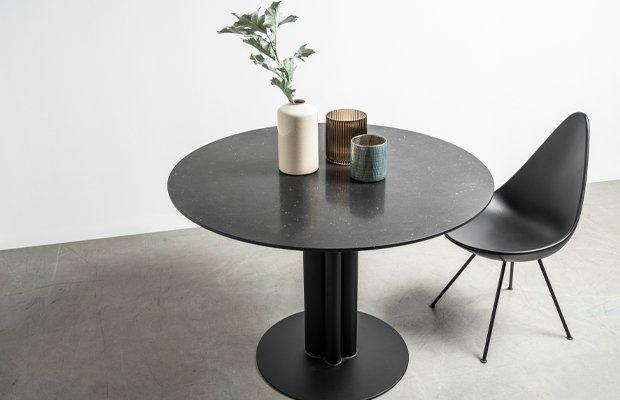 Czarny stół z marmurowym blatem na jednej nodze. Stół Moon od Hoom