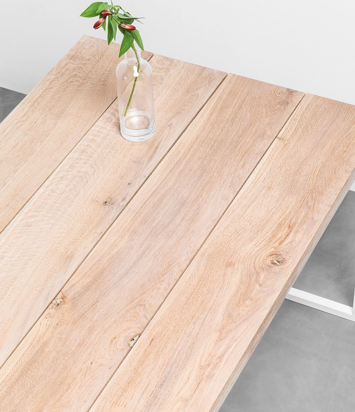 Stół z czterech osobnych desek z drewna dębowego. Minimalistyczny stół od Hoom