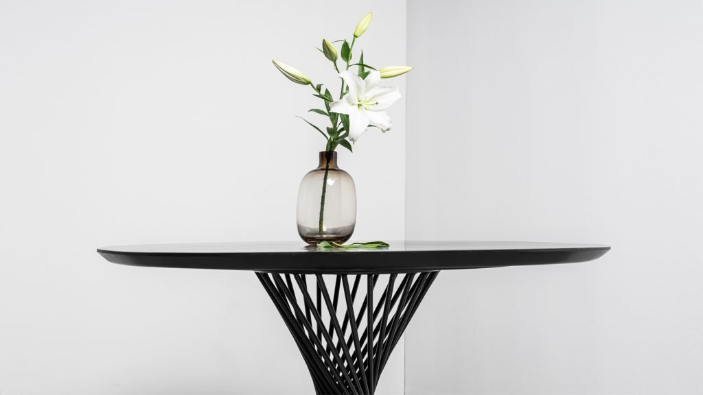 Stół Oliver Hoom okrągły dębowy na spiralnej podstawie