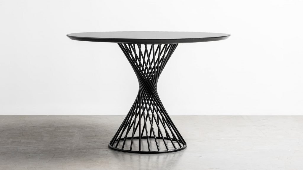 Okragly stol z drewna debowego na spiralnej podstawie