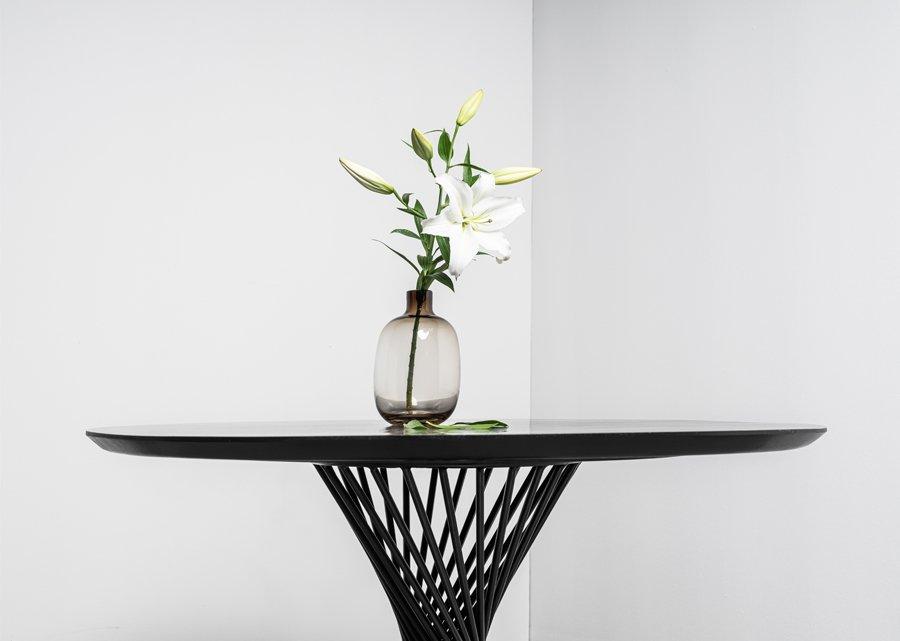 Okrągły stół na spiralnej podstawie. Stol Oliver od Hoom