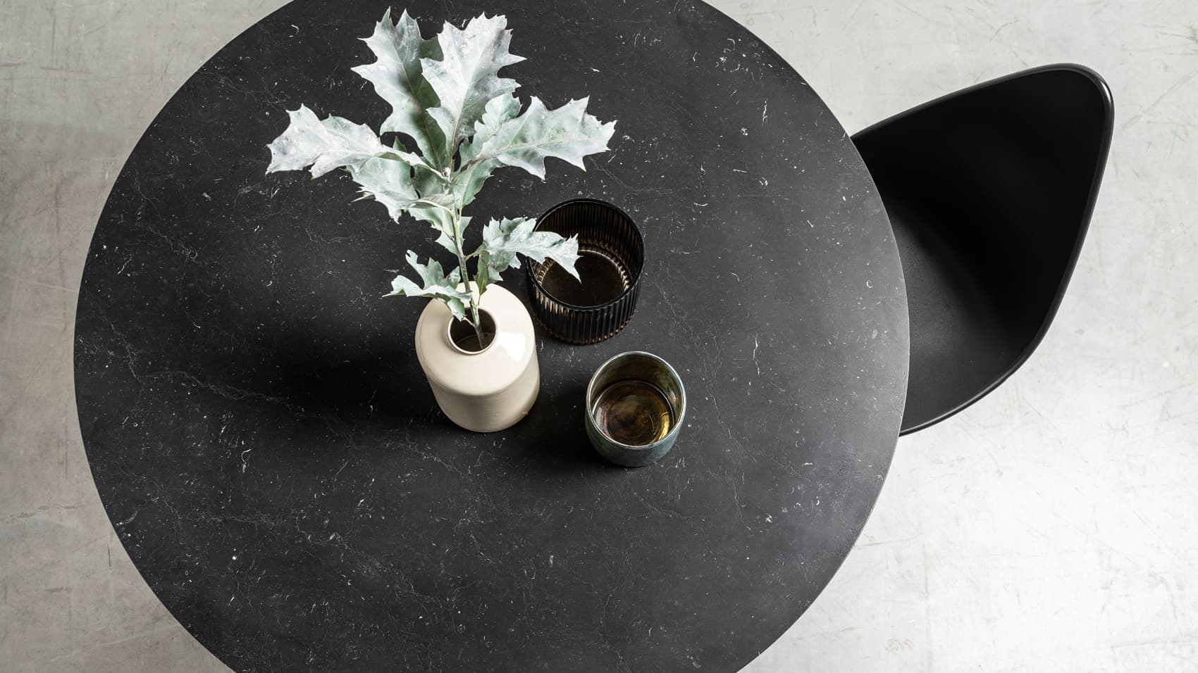 Okragly marmurowy stol na jeden nodze. Stol Moon od Hoom